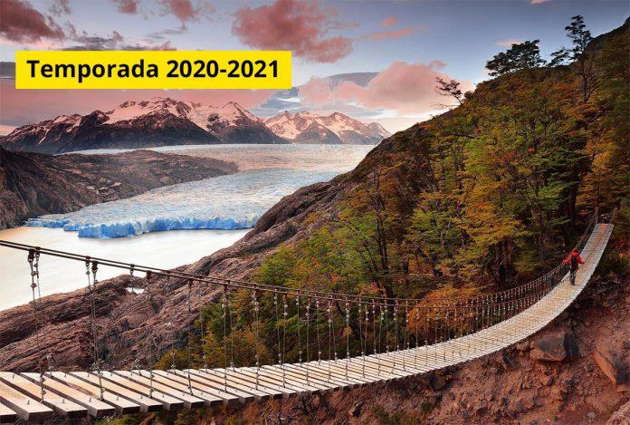 Hombre cruzando puente colgante sobre un glaciar