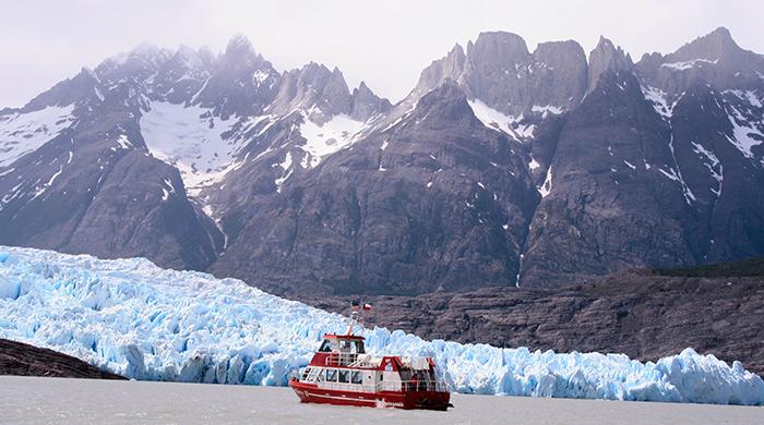 Navegación en lago con glaciar de fondo, conociendo torres del paine sin hacer trekking