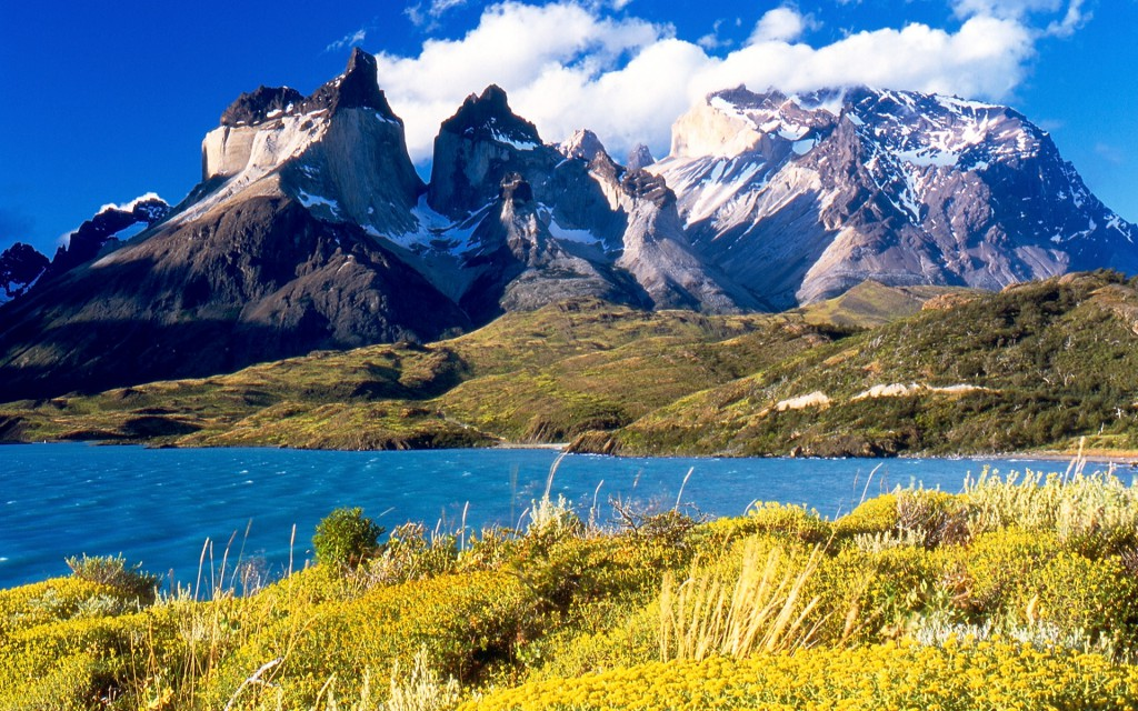 Cuernos_del_Paine_from_Lake_Pehoé