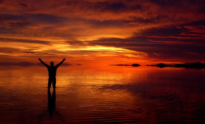 Viajero y el efecto espejo durante la mejor época visitar el Salar de Uyuni