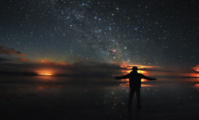 Viajero observa el cielo estrellado durante la mejor época para visitar el Salar de Uyuni