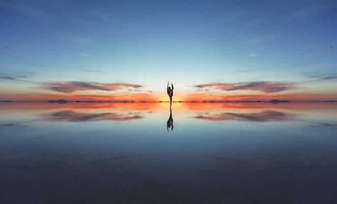 Viajera y el efecto espejo durante la mejor época para visitar el Salar de Uyuni