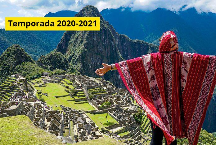 Viajero observando ruinas arqueológicas de Machu Picchu