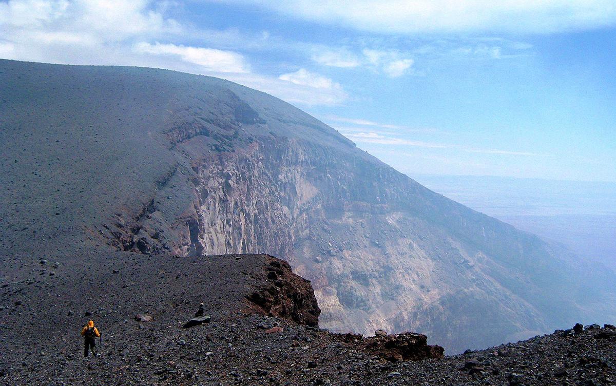 Viajero caminando cerca del crater del volcan Lascar