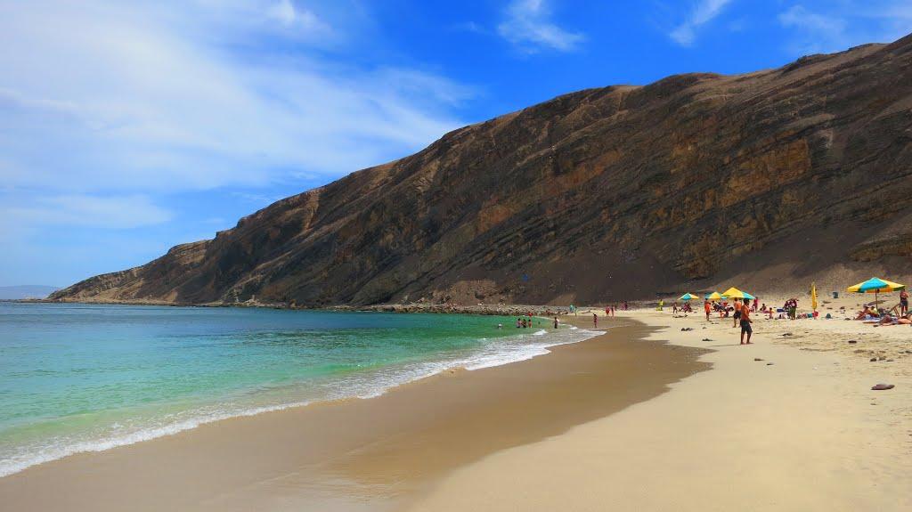 Playas tranquilas frente a roca gigante