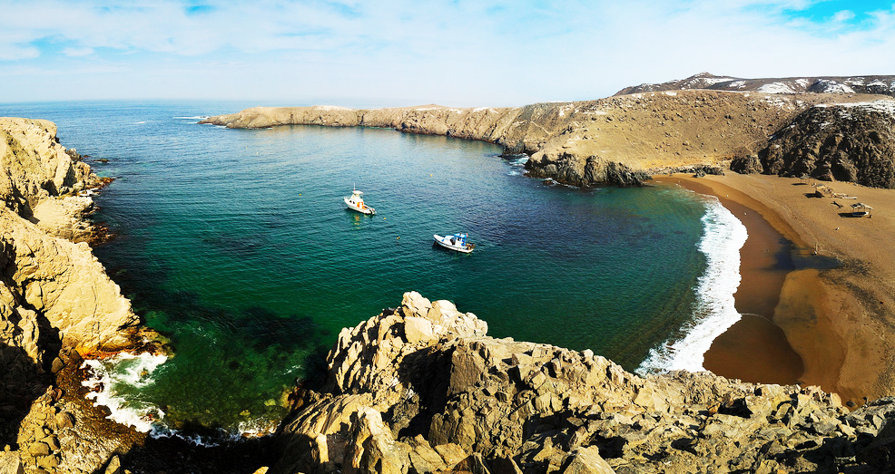 Playas color turquesa con embarcaciones