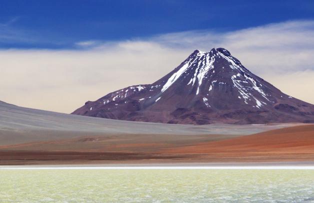Laguna frente a volcan nevado en San Pedro de Atacama