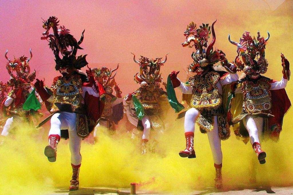 Fraternos bailando en carnaval
