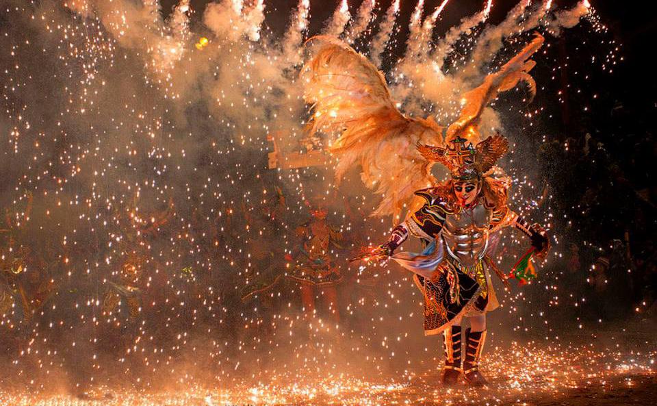 Figura de carnaval durante la noche