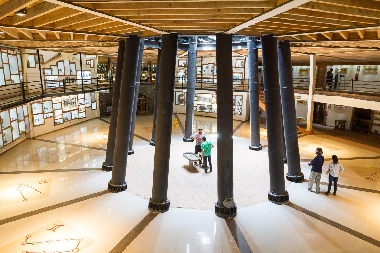 Museo circular con algunas personas