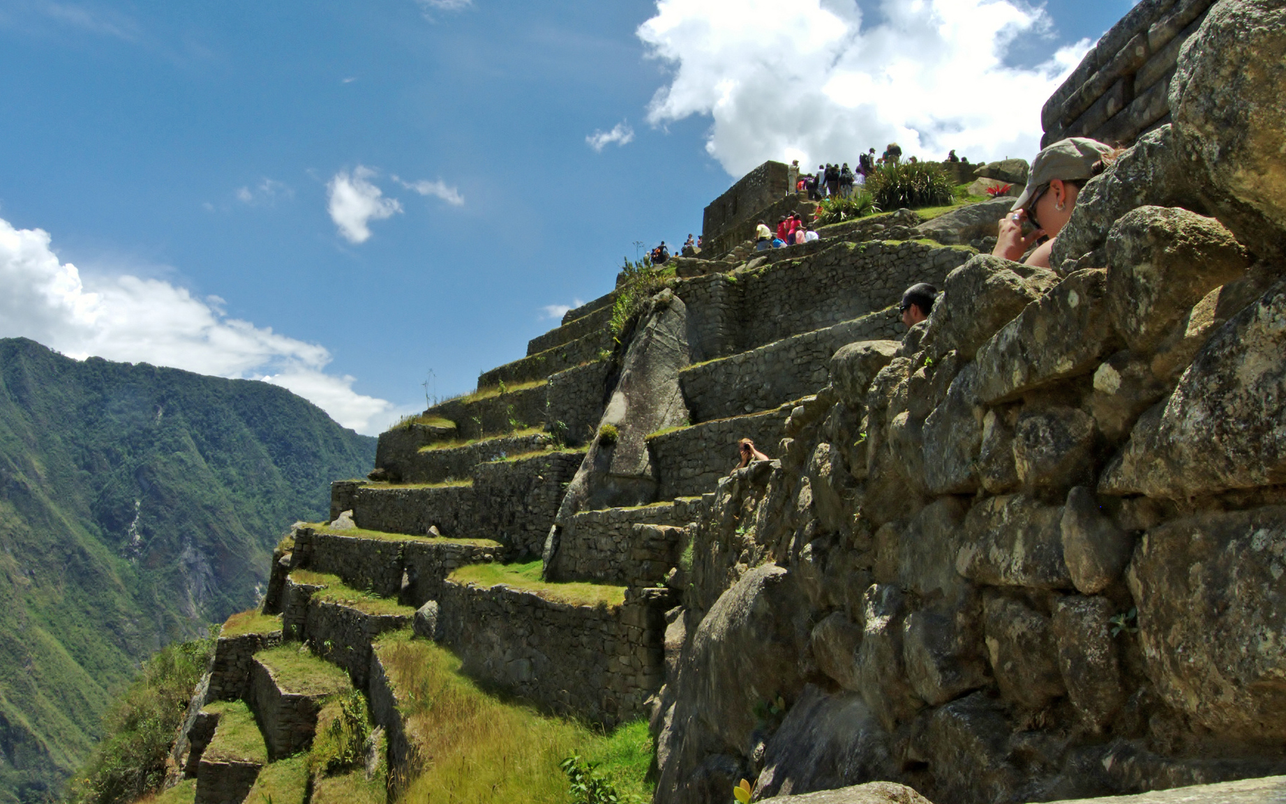 Turista en terrazas de Machu Picchu
