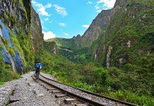 Viajero caminando por lineas del tren hacia Machu Picchu