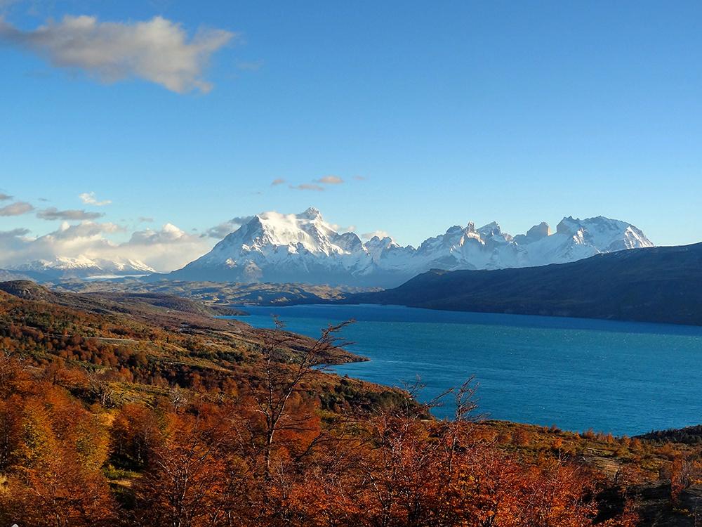 Lago y Montañas en Otoño