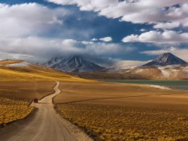 Camino de tierra en el desierto de Atacama