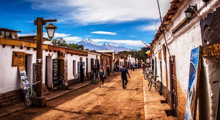 Viajeros caminando sobre el centro de San Pedro de Atacama
