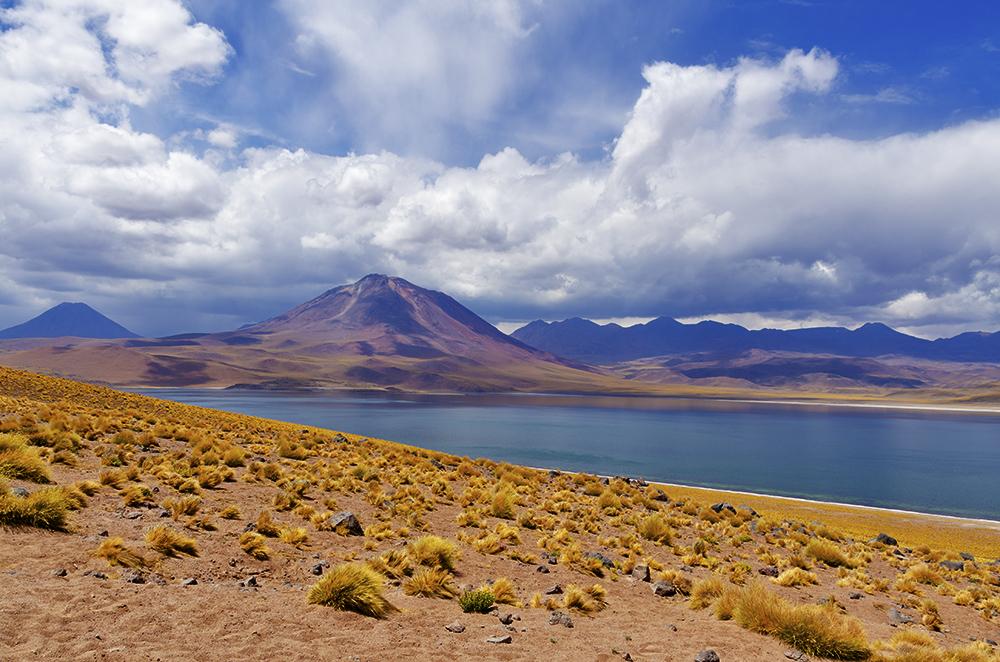 Lagunas y volcán de fondo en San Pedro de Atacama