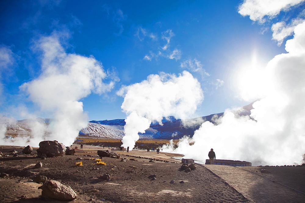 Geysers y sus nubes de vapor sobre Atacama