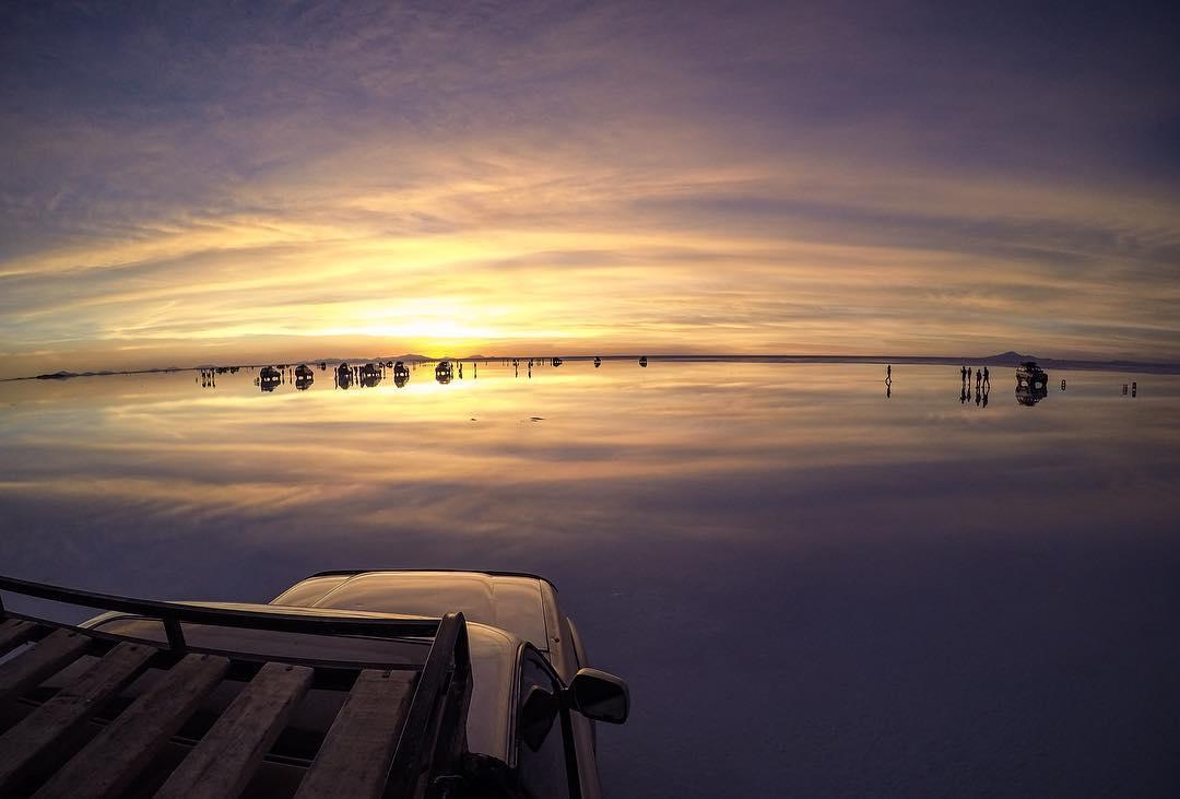 Reflejo del cielo sobre el agua en el Salar de Uyuni