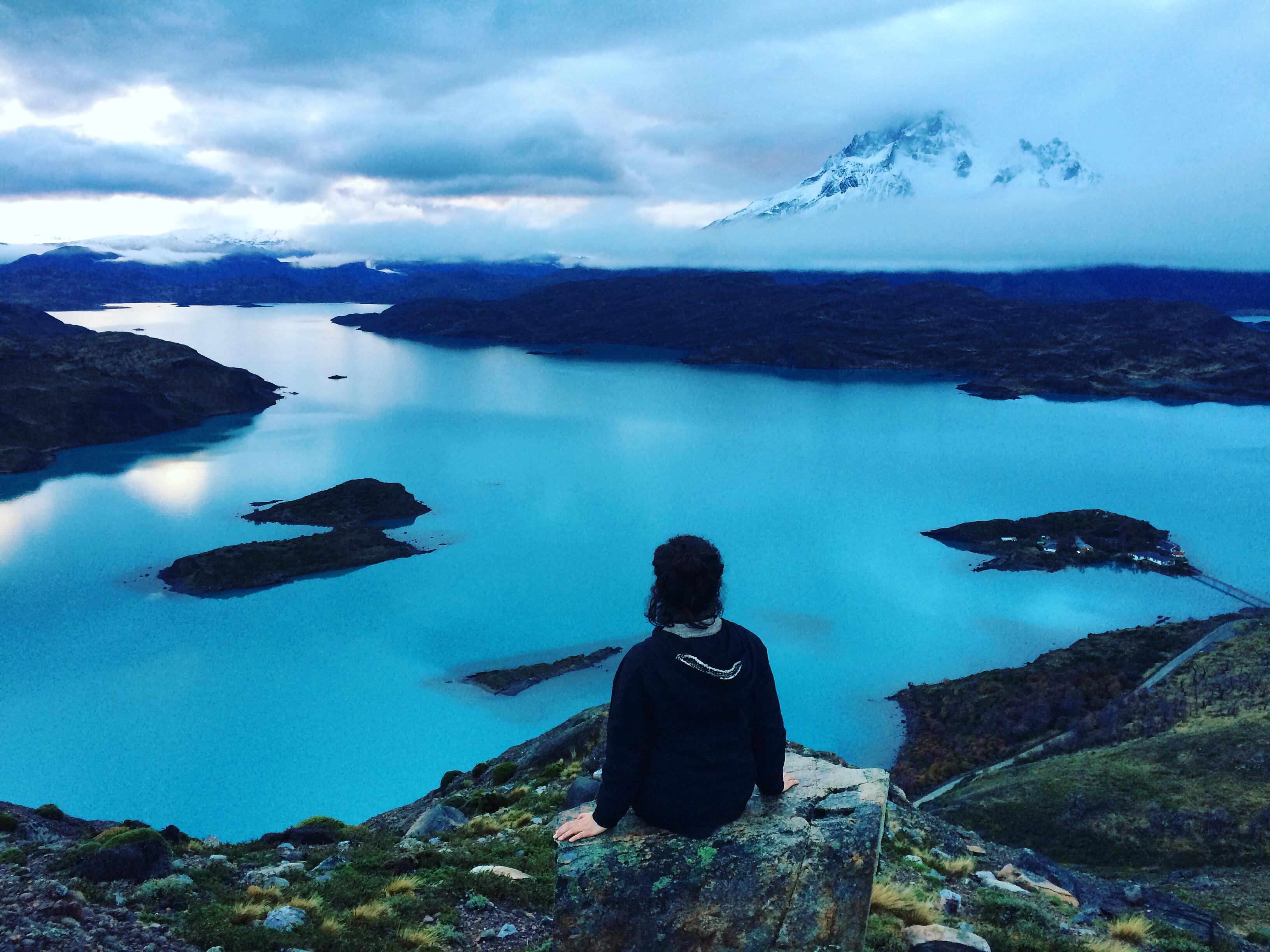 Viajera frente a inmenso lago celeste en la Patagonia