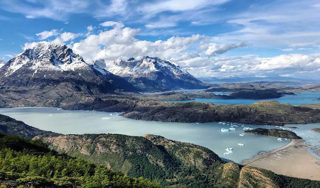 Amplio paisaje patagónico con playa, tempanos de hielo, lagos y montañas