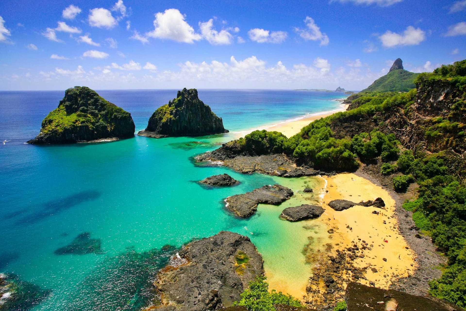 Isla tropical con agua verde esmeralda