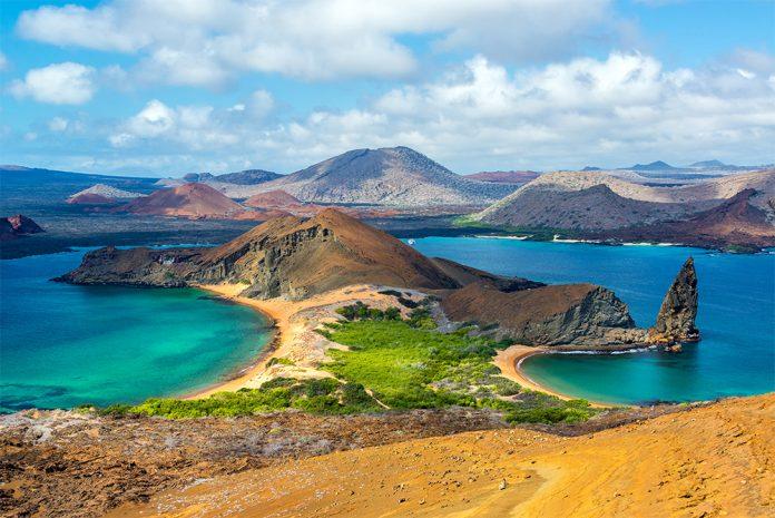 Playa doble con agua color turquesa en Ecuador