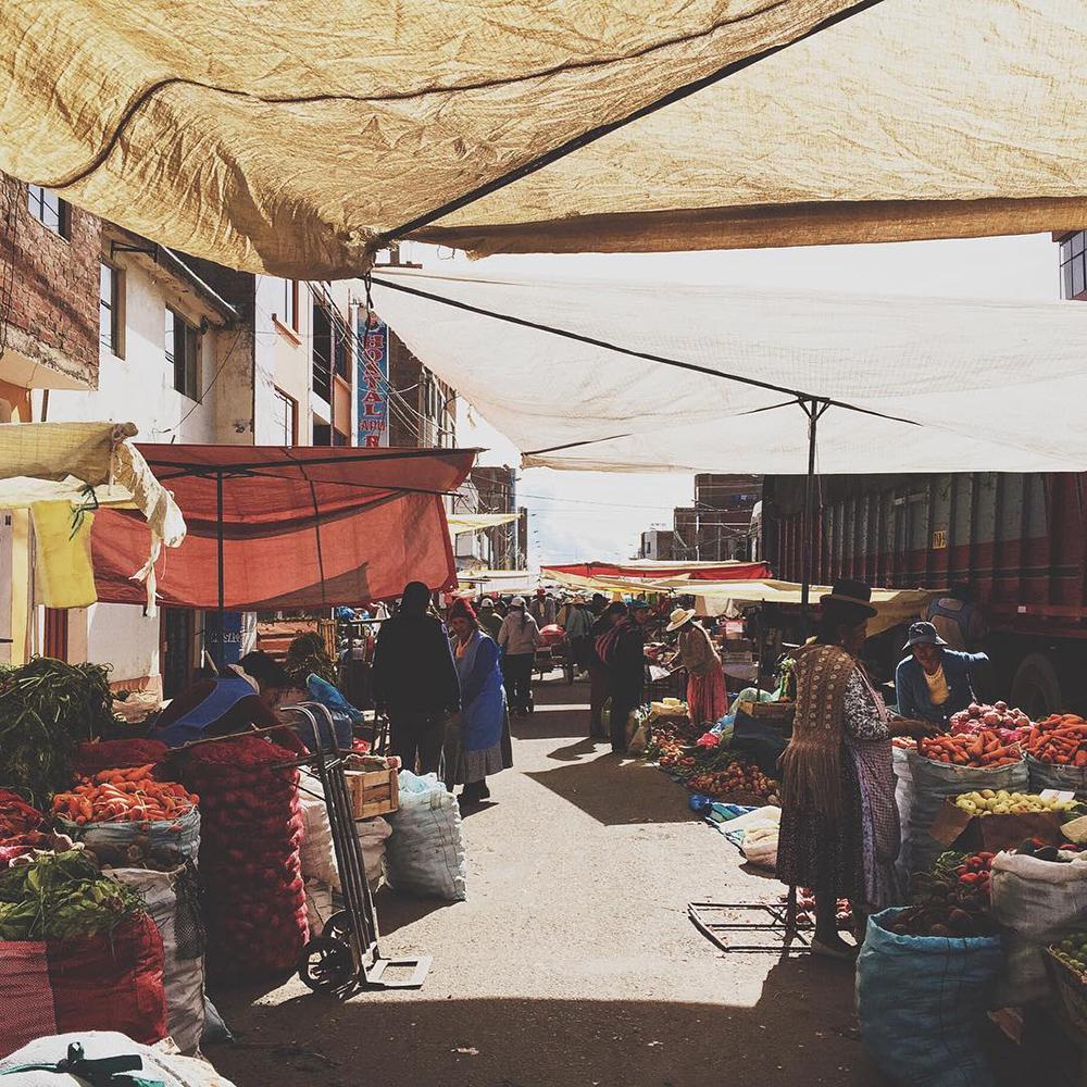 Feria artesanal dentro de lugares turísticos de Puno