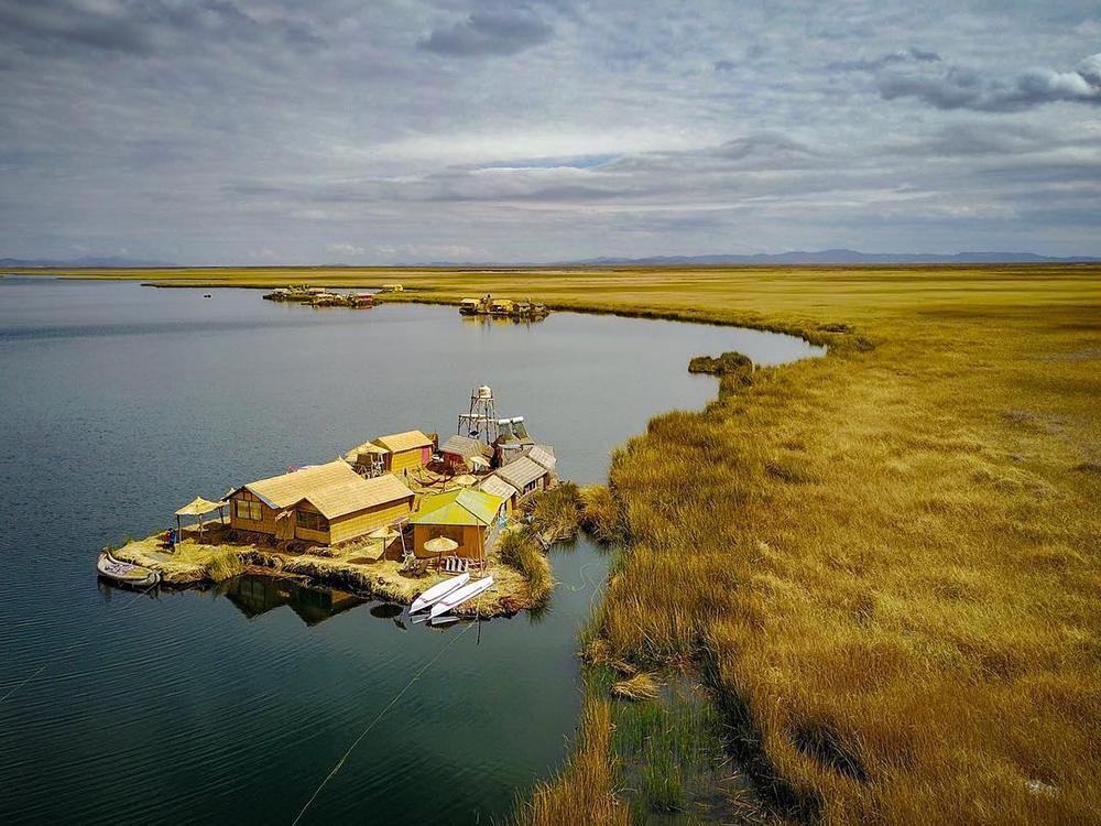 Islas flotantes en un lago, uno de los imperdibles lugares turísticos de Puno
