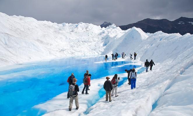 Viajeros caminando sobre glaciar