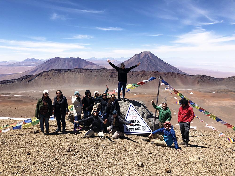 Turistas frente a volcanes de Atacama