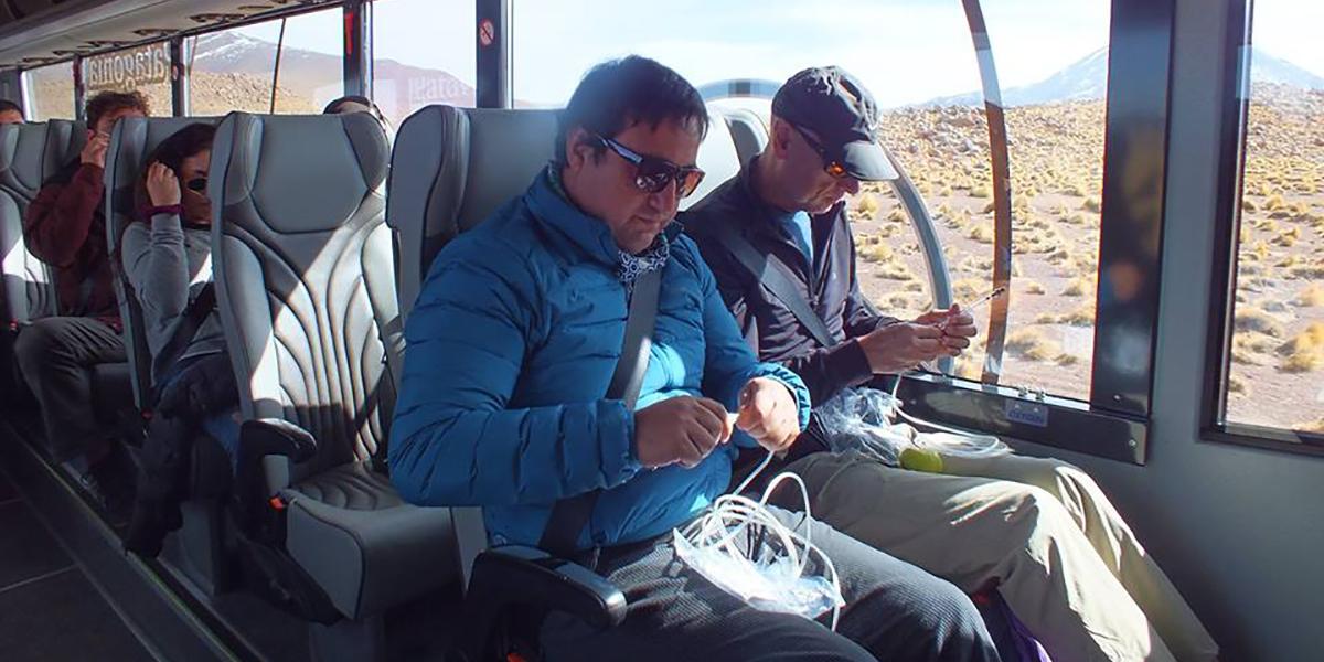 Pasajeros se ponen máscaras de oxígeno en tour en Atacama