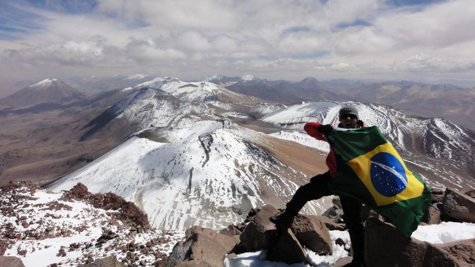 Viajero encima de un volcán