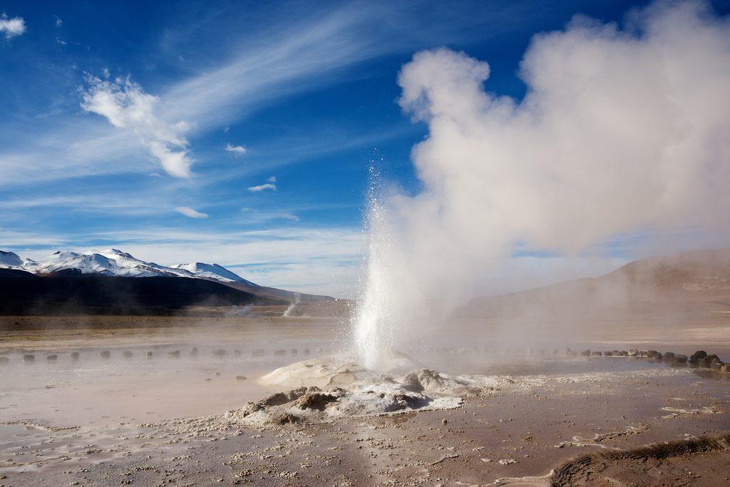 Geyser en campo de geysers y cielo despejado