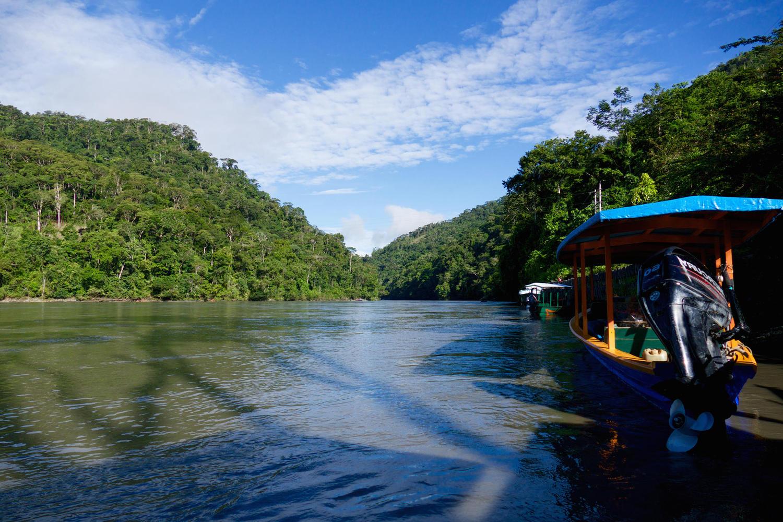 bote en el río madre de dios del parque nacional del manu