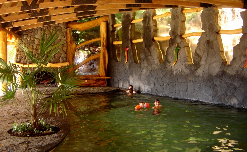 Niños bañandose en aguas termales