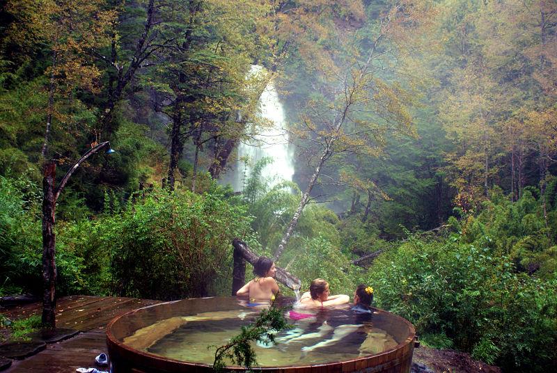 Mujeres bañandose en termas naturales