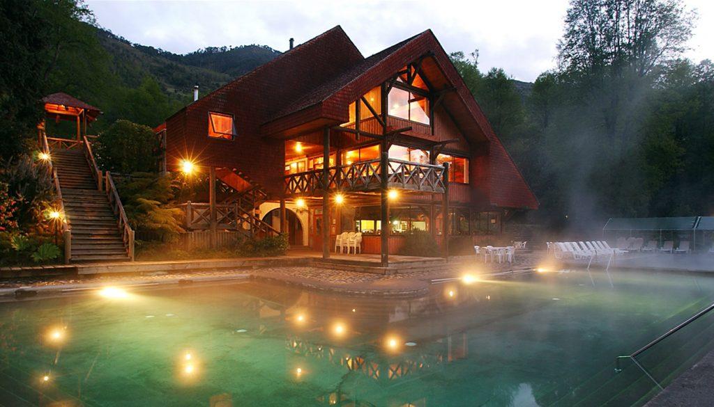 Lujoso hotel sobre piscina de aguas termales