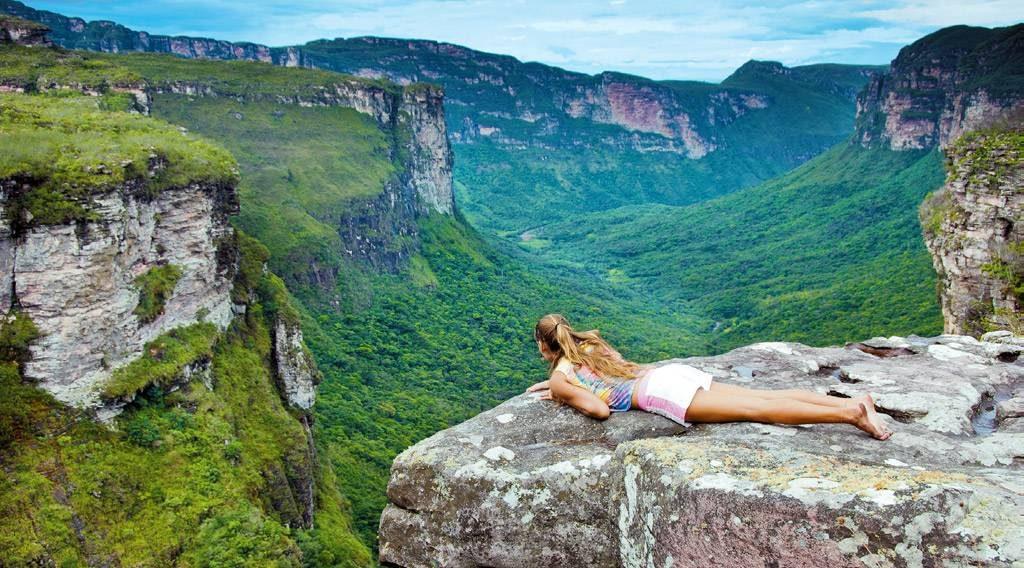 Mulher sentada na frente da maravilhosa paisagem no Brasil