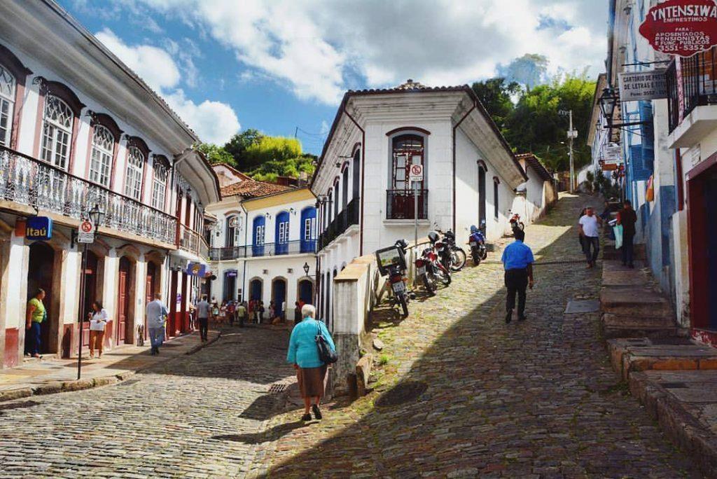 Cidade colonial con locales caminando