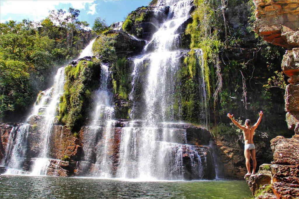 Viajante na frente da cachoeira incrível no Brasil