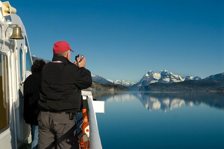Viajante tirando fotos de montanhas