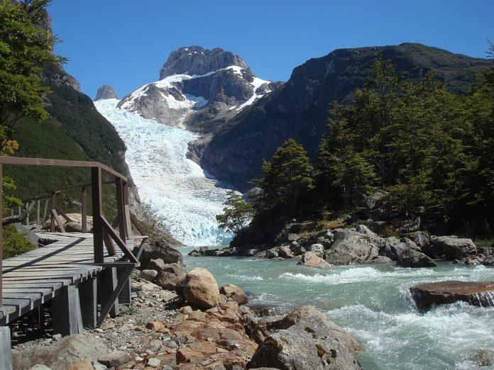 Walkable ponte de frente para o glaciar e lago