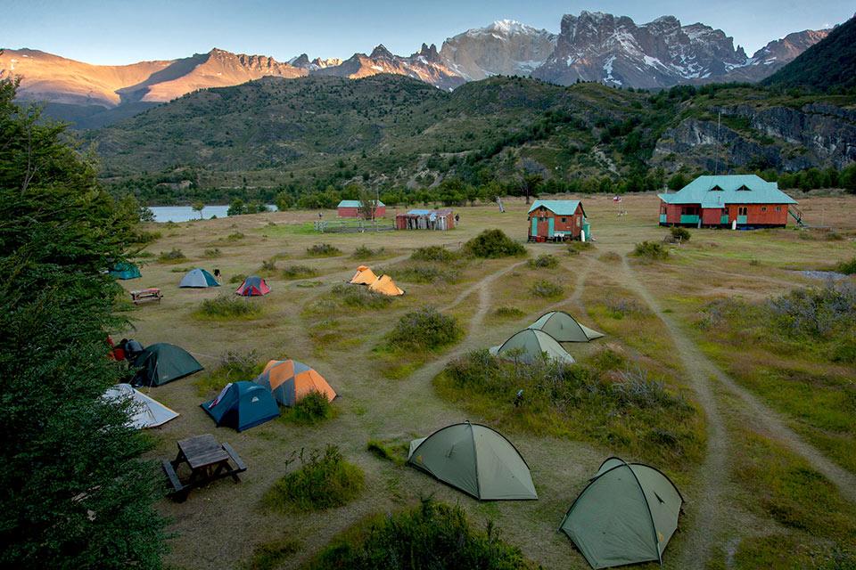 Campamento y refugio enmedio de las montañas