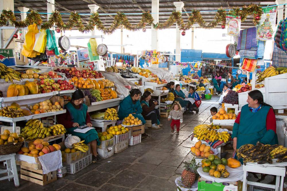 Mercado municipal de cusco y señoras en sus puestos