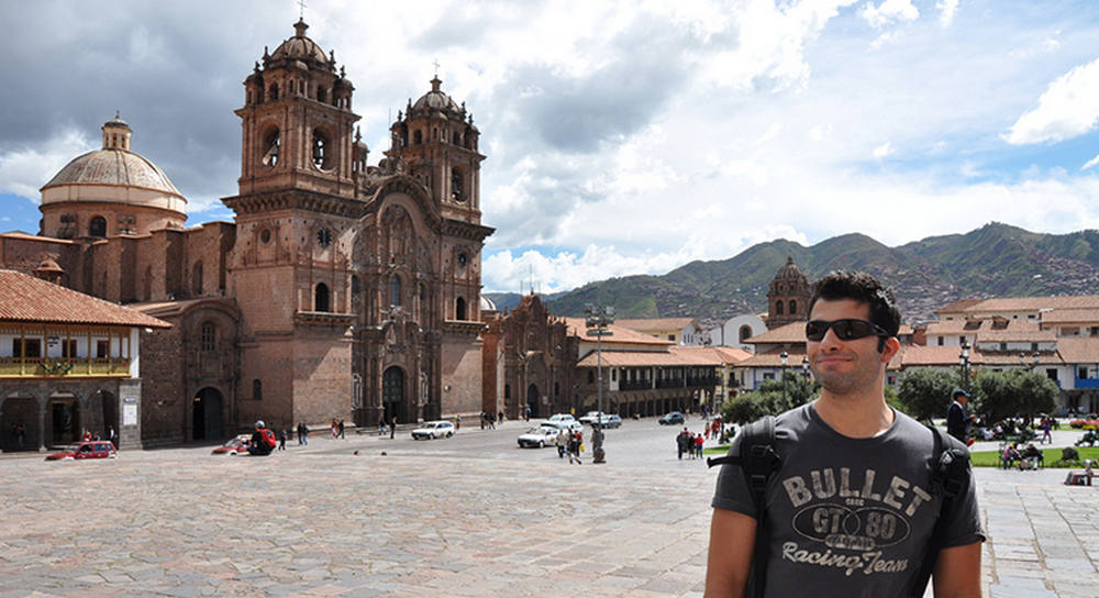 Viajero en el centro de ciudad colonial de cusco