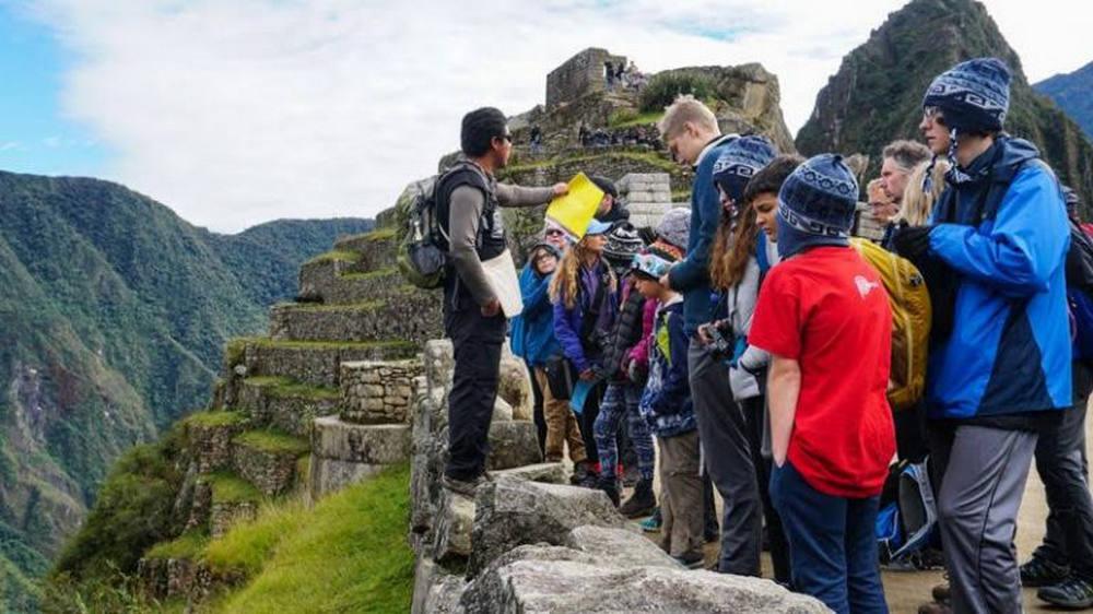 Grupo con guía en Machu Picchu