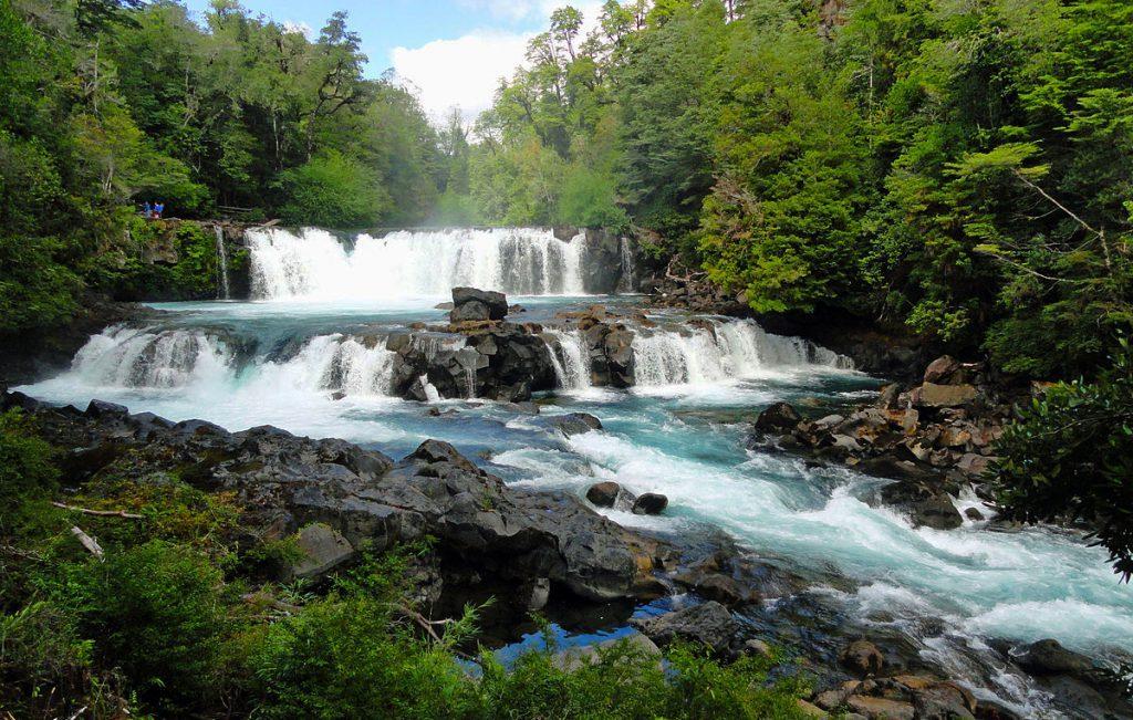Salto de agua en bosque de huilo huilo