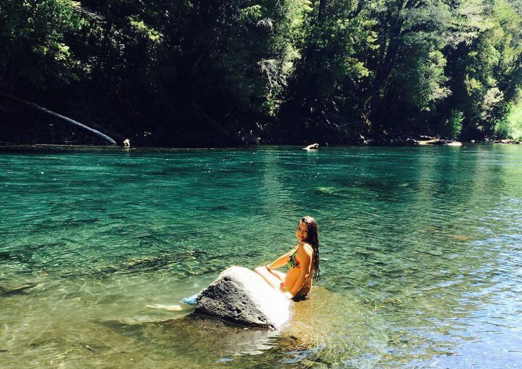 Viajera bañándose en aguas cristalinas