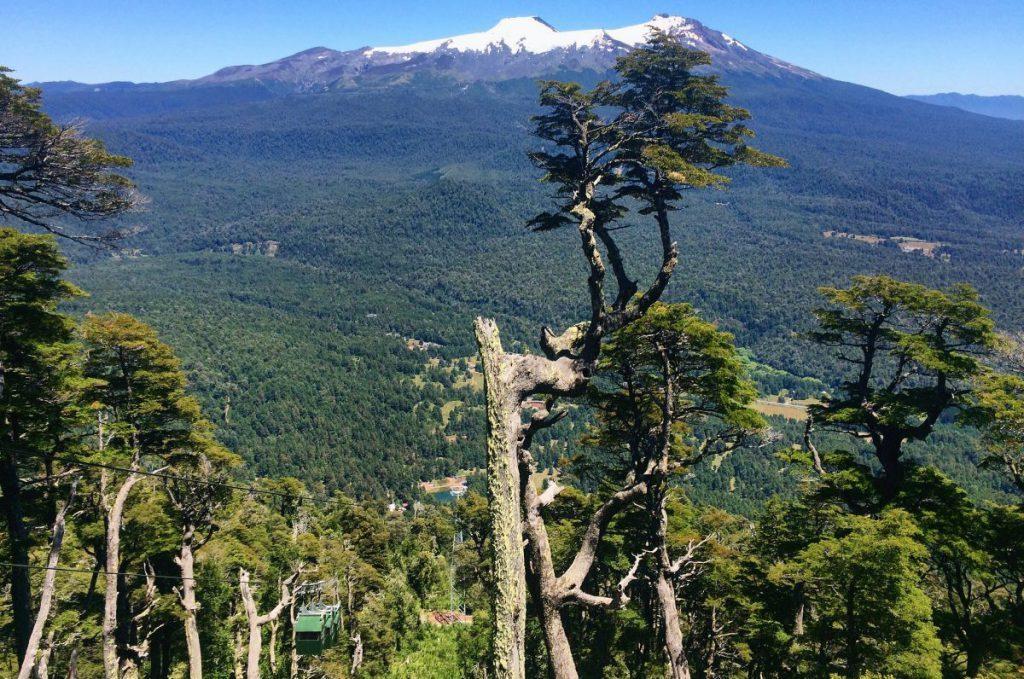 Teleférico sobre paisaje del sur de Chile