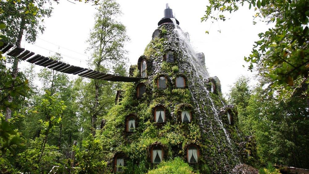 Hotel con extraña forma enmedio del bosque chileno